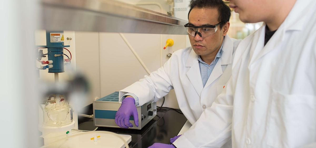 Zhenxing Feng works in the lab